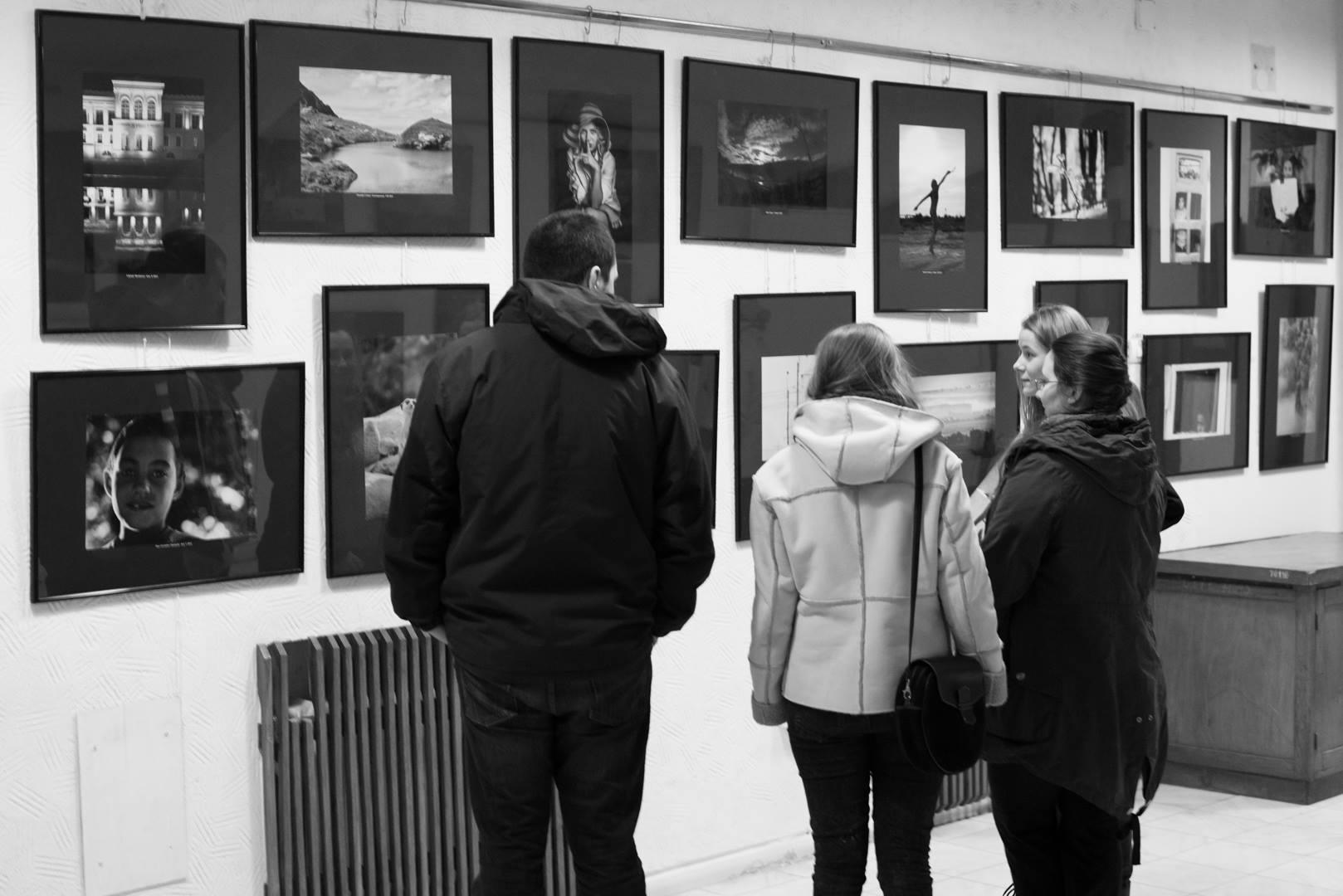 Expoziţie de fotografie Printre popi şi doamne - organizator Clubul Fotografilor Iasi Paul Padurariu cadre oameni prezenti la expozitie