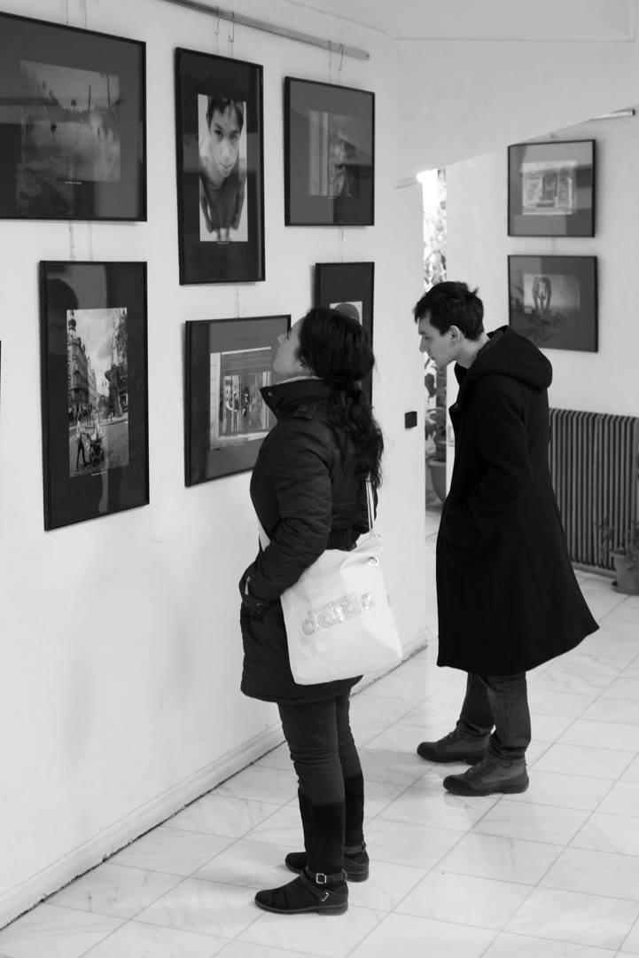 Expoziţie de fotografie Printre popi şi doamne - organizator Clubul Fotografilor Iasi Paul Padurariu - oameni prezenti la expozitie