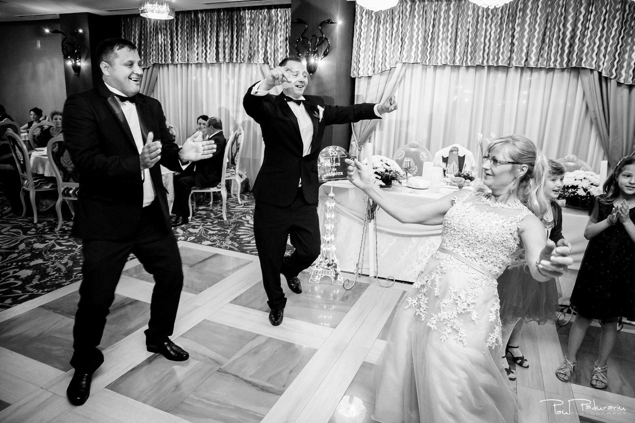 Petrecere la Pleaiada nunta cu tema Paris Ema si Tudor fotograf profesionist de nunta iasi www.paulpadurariu.ro © 2017 Paul Padurariu - petrecere invitati