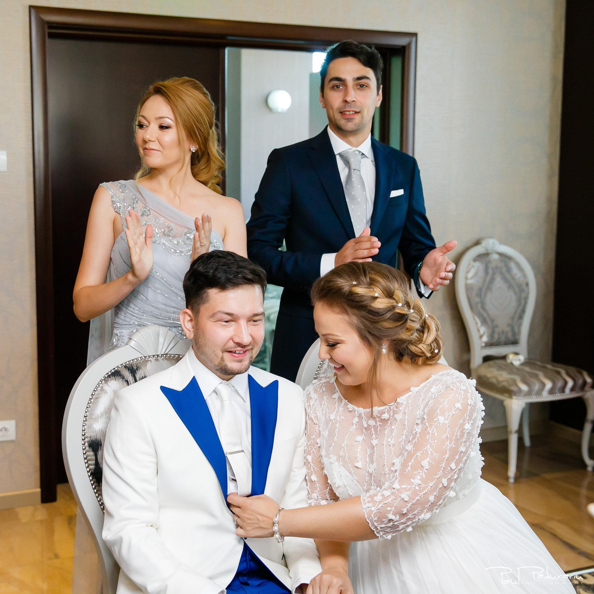 Pregatiri nunta Ema si Tudor fotograf de nunta iasi www.paulpadurariu.ro © 2017 Paul Padurariu - pregatiri mireasa si mire alaturi de nasi