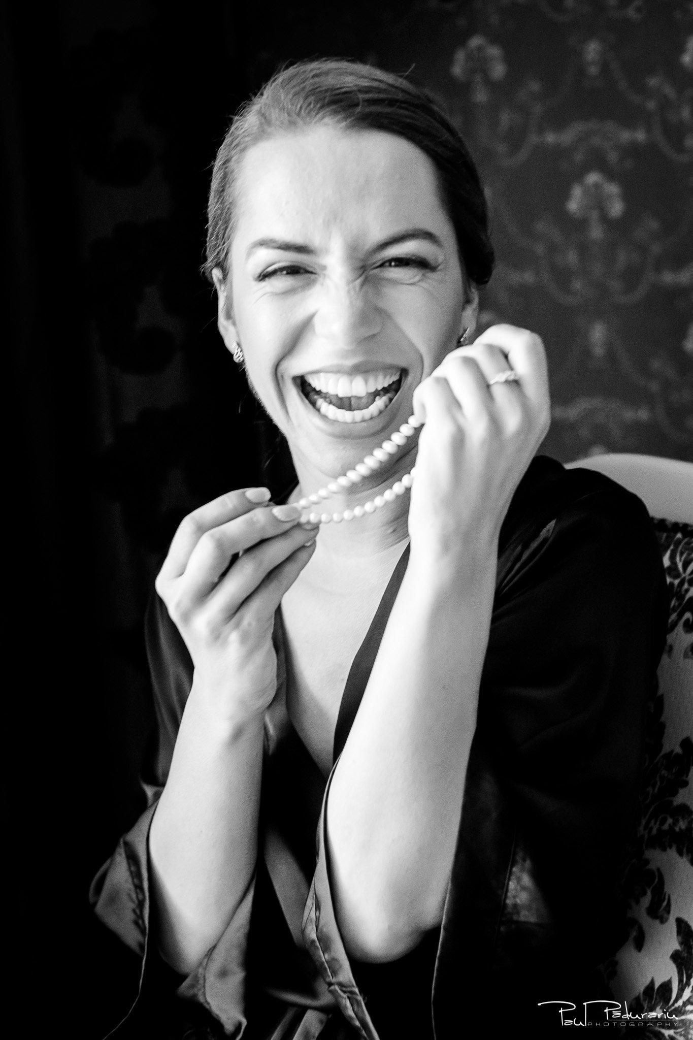 Roxana si Silviu Nunta Hotel Eden Iasi - pregatiri mireasa portret cu margele - fotograf profesionist nunta www.paulpadurariu.ro © 2017 Paul Padurariu
