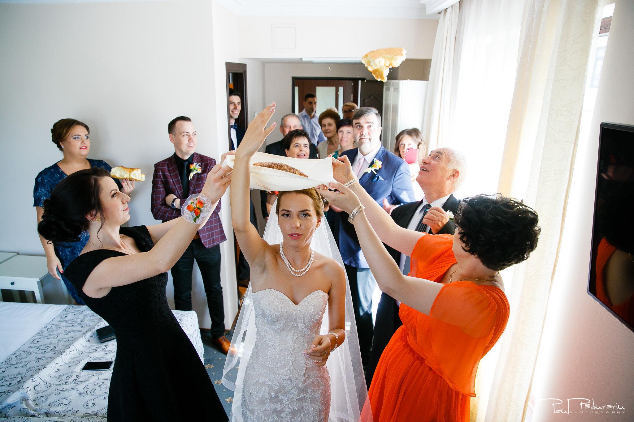 Roxana si Silviu Nunta Hotel Eden Iasi - aruncatul turtei miresei fotograf profesionist nunta www.paulpadurariu.ro © 2017 Paul Padurariu