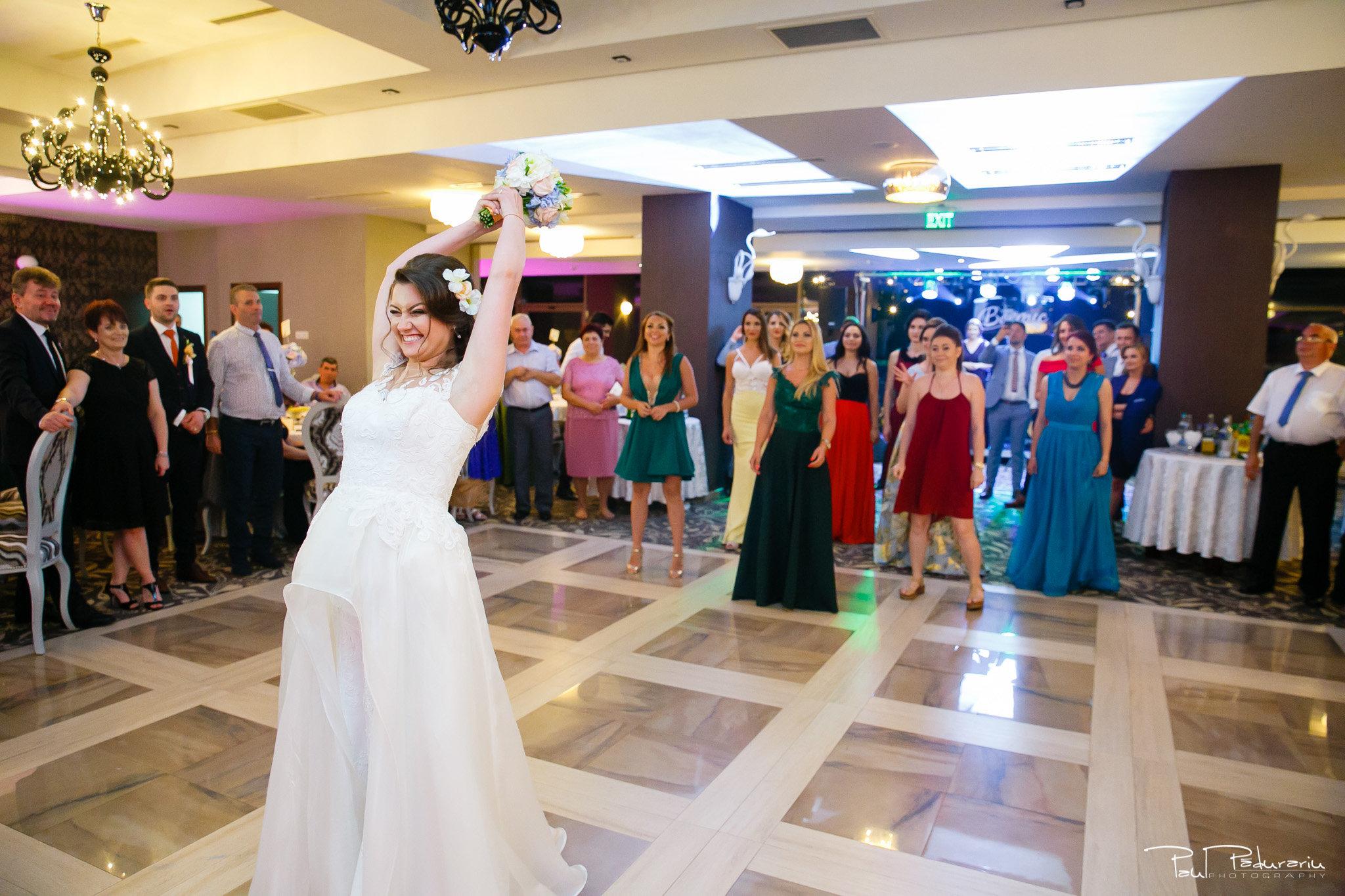 Aruncatul buchetului Ariadna si Iulian petrecere nunta Iasi www.paulpadurariu.ro © 2017 Paul Padurariu fotograf profesionist