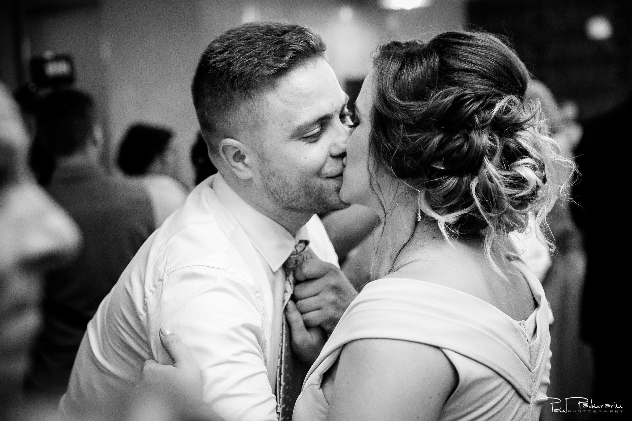 Sarut miri Ariadna si Iulian petrecere nunta Iasi www.paulpadurariu.ro © 2017 Paul Padurariu