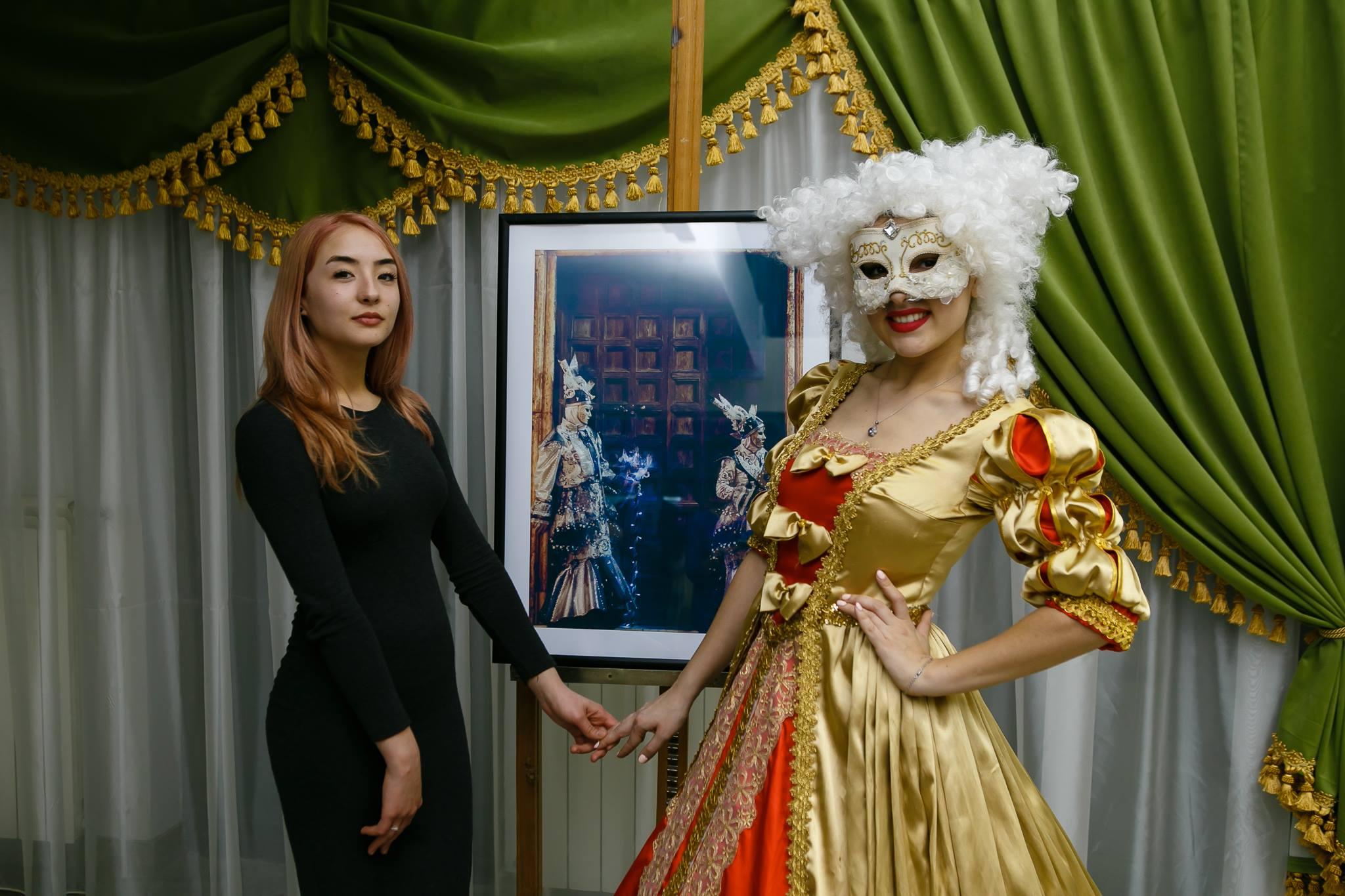 Vernisaj Expozitie de Fotografie Povesti Venetiene Paul Padurariu fotograf profesionist Iasi model Venetian