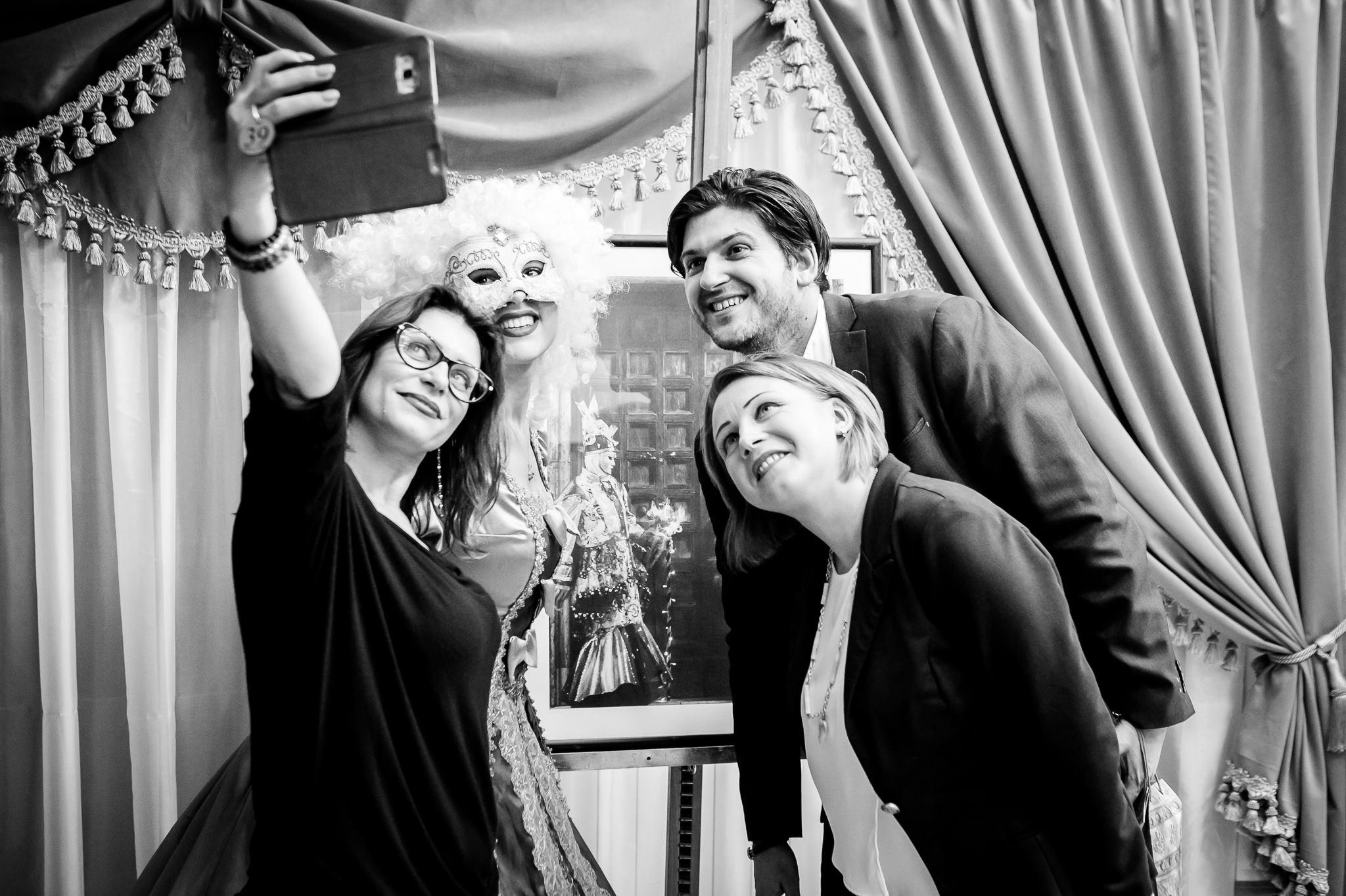 Vernisaj Expozitie de Fotografie Povesti Venetiene Paul Padurariu fotograf profesionist Iasi selfie