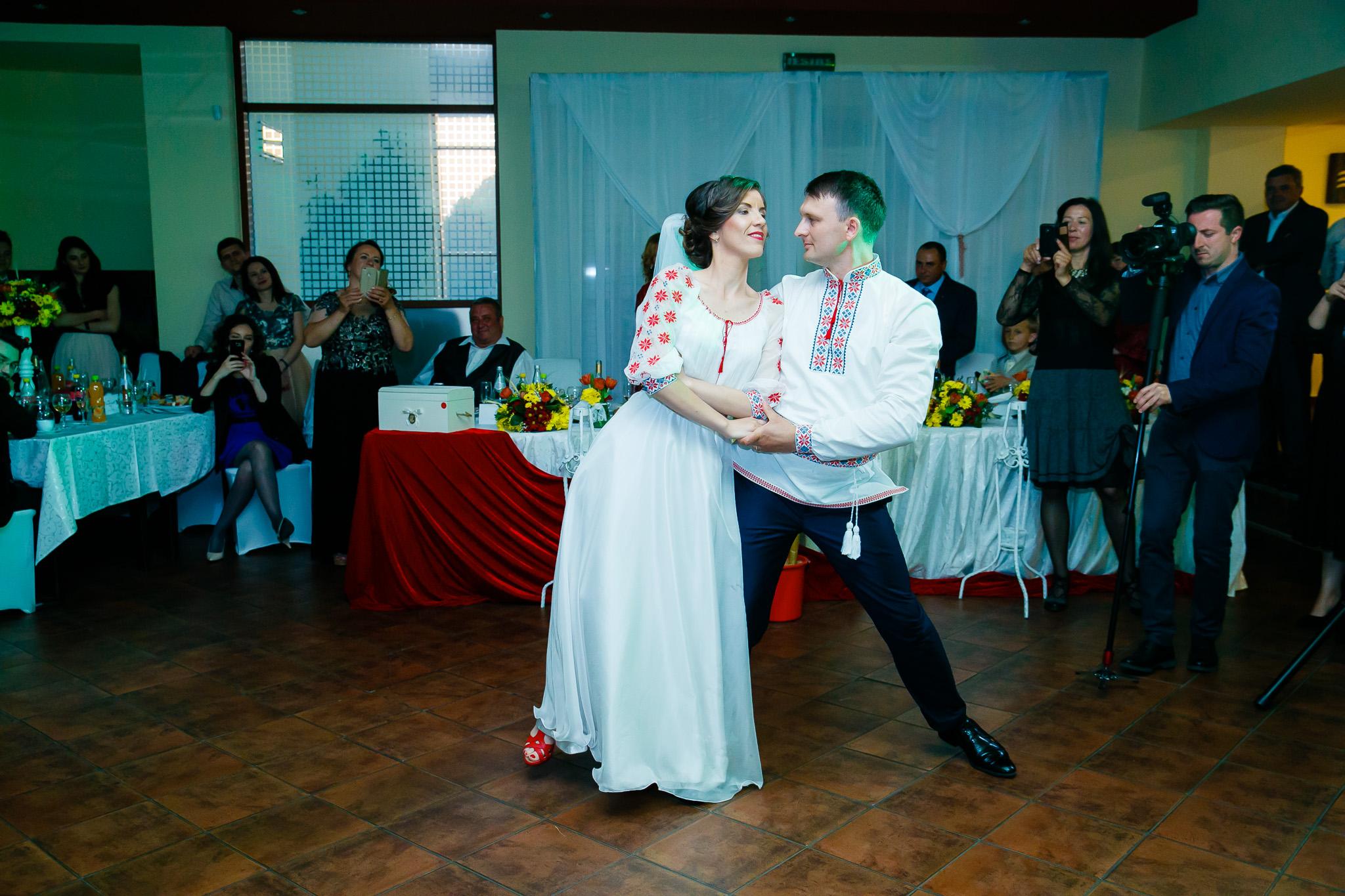 Nuntă tradițională Elisabeta și Alexandru fotograf profesionist nunta Iasi www.paulpadurariu.ro © 2018 Paul Padurariu fotograf de nunta Iasi dansul mirilor 3