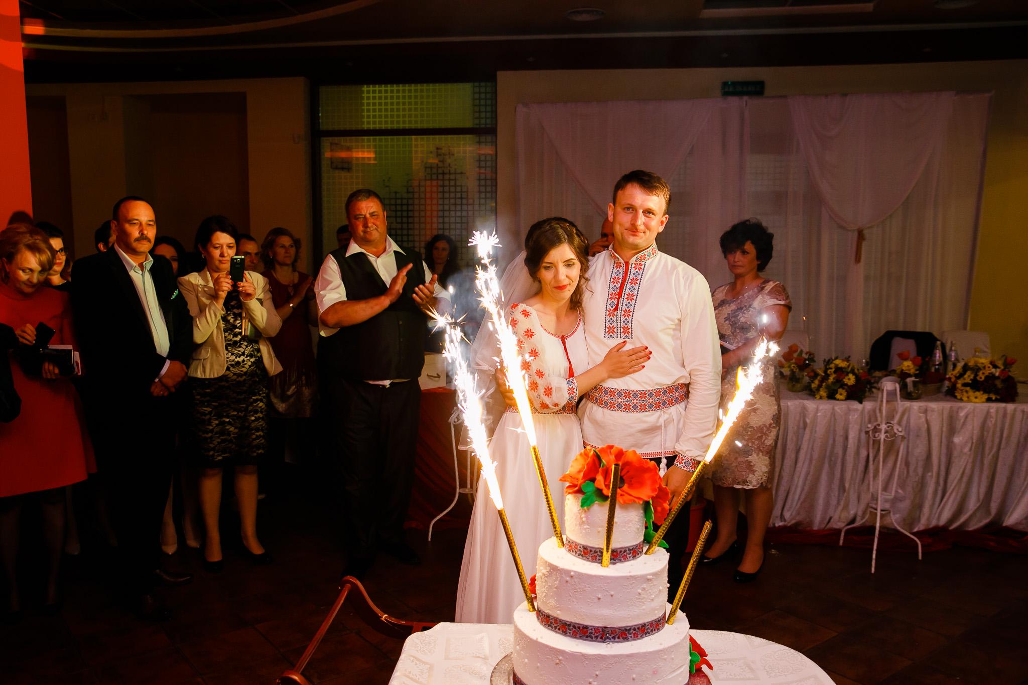Nuntă tradițională Elisabeta și Alexandru fotograf profesionist nunta Iasi www.paulpadurariu.ro © 2018 Paul Padurariu fotograf de nunta Iasi tortul mirilor 2