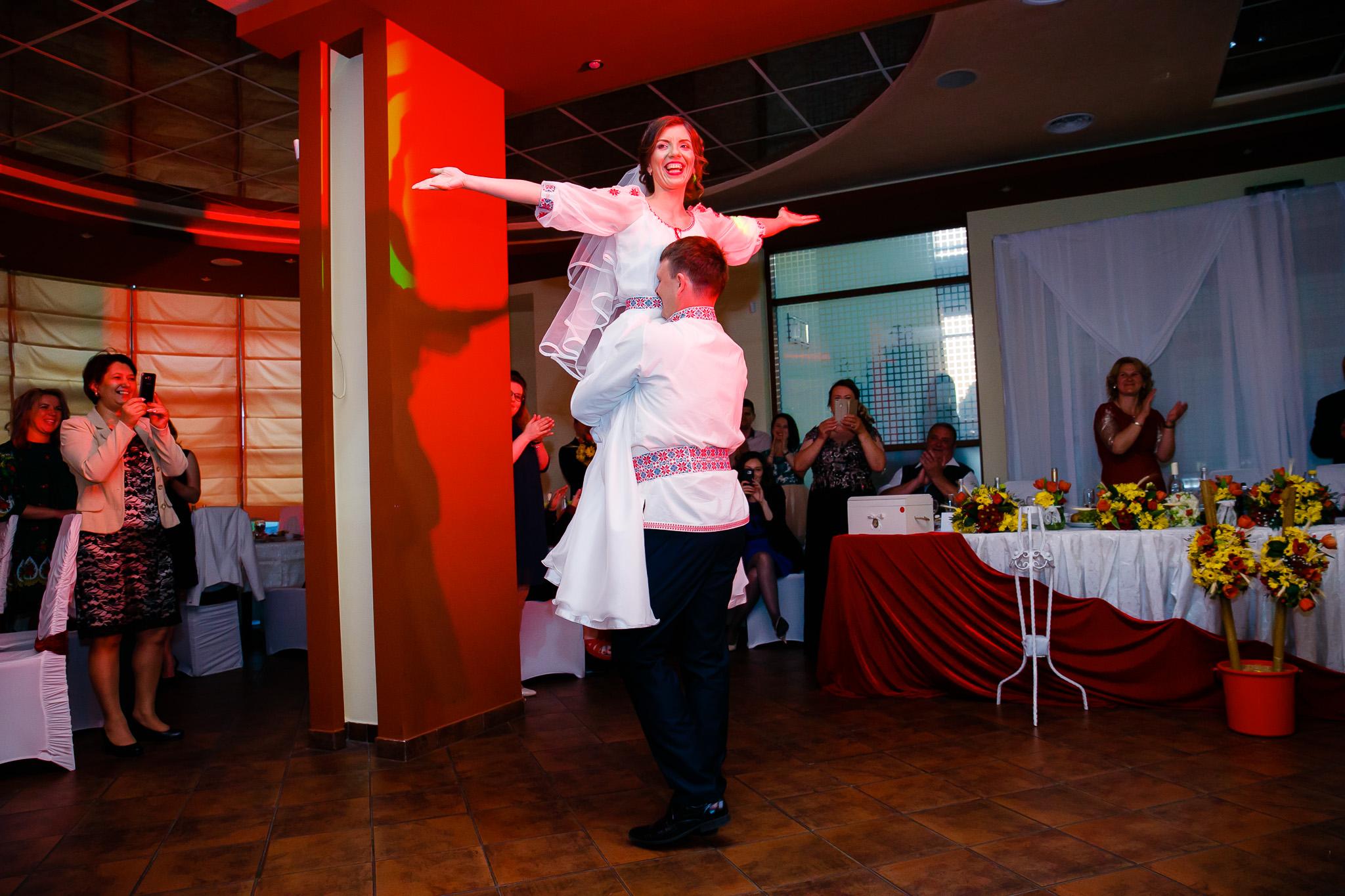 Nuntă tradițională Elisabeta și Alexandru fotograf profesionist nunta Iasi www.paulpadurariu.ro © 2018 Paul Padurariu fotograf de nunta Iasi dansul mirilor 5