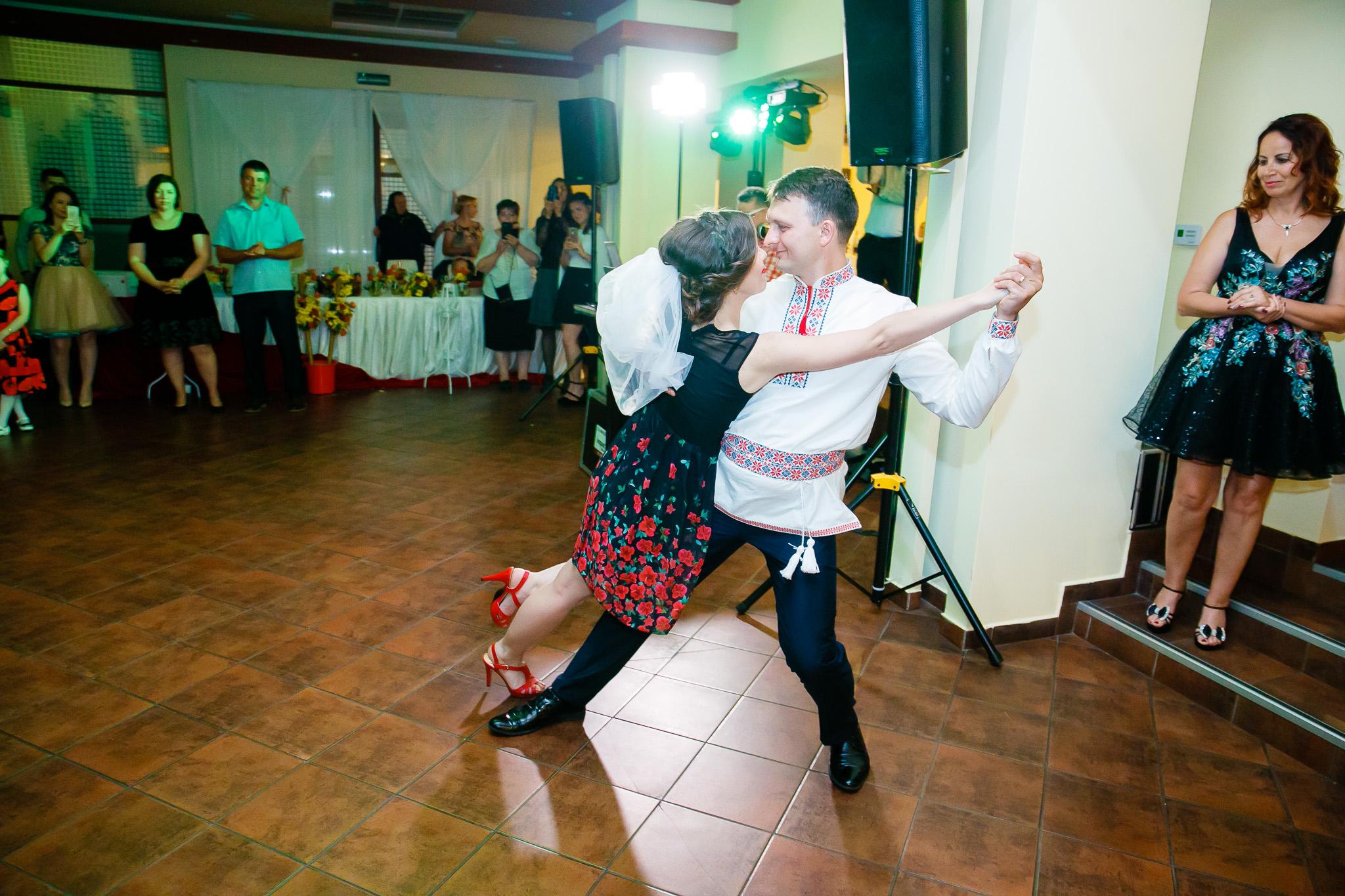 Nuntă tradițională Elisabeta și Alexandru fotograf profesionist nunta Iasi www.paulpadurariu.ro © 2018 Paul Padurariu fotograf de nunta Iasi moment artistic miri 2
