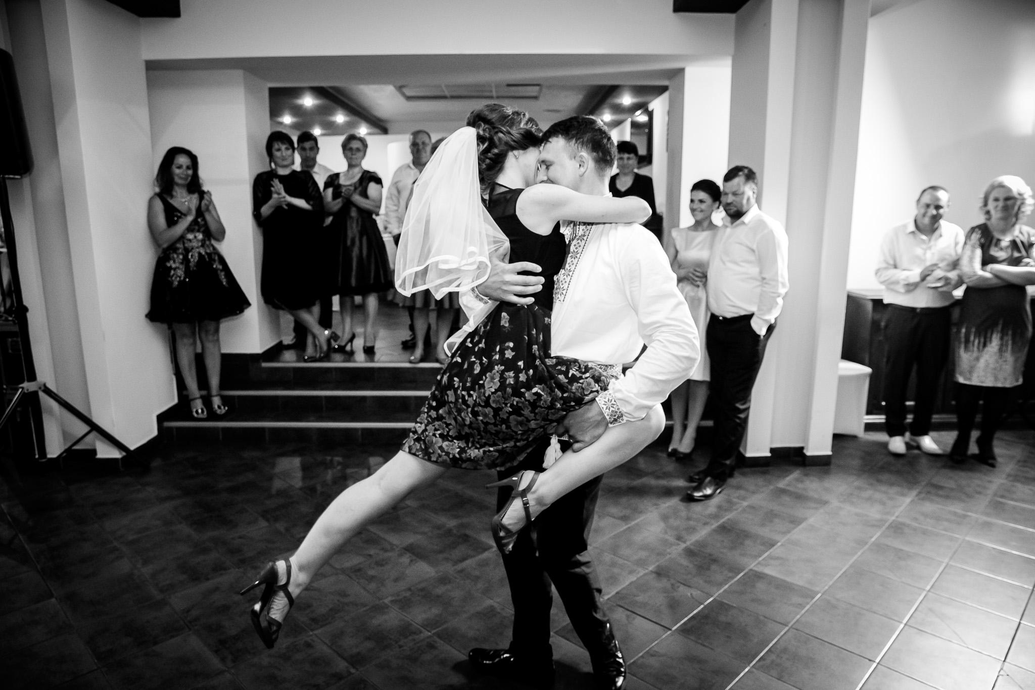 Nuntă tradițională Elisabeta și Alexandru fotograf profesionist nunta Iasi www.paulpadurariu.ro © 2018 Paul Padurariu fotograf de nunta Iasi moment artistic miri 4