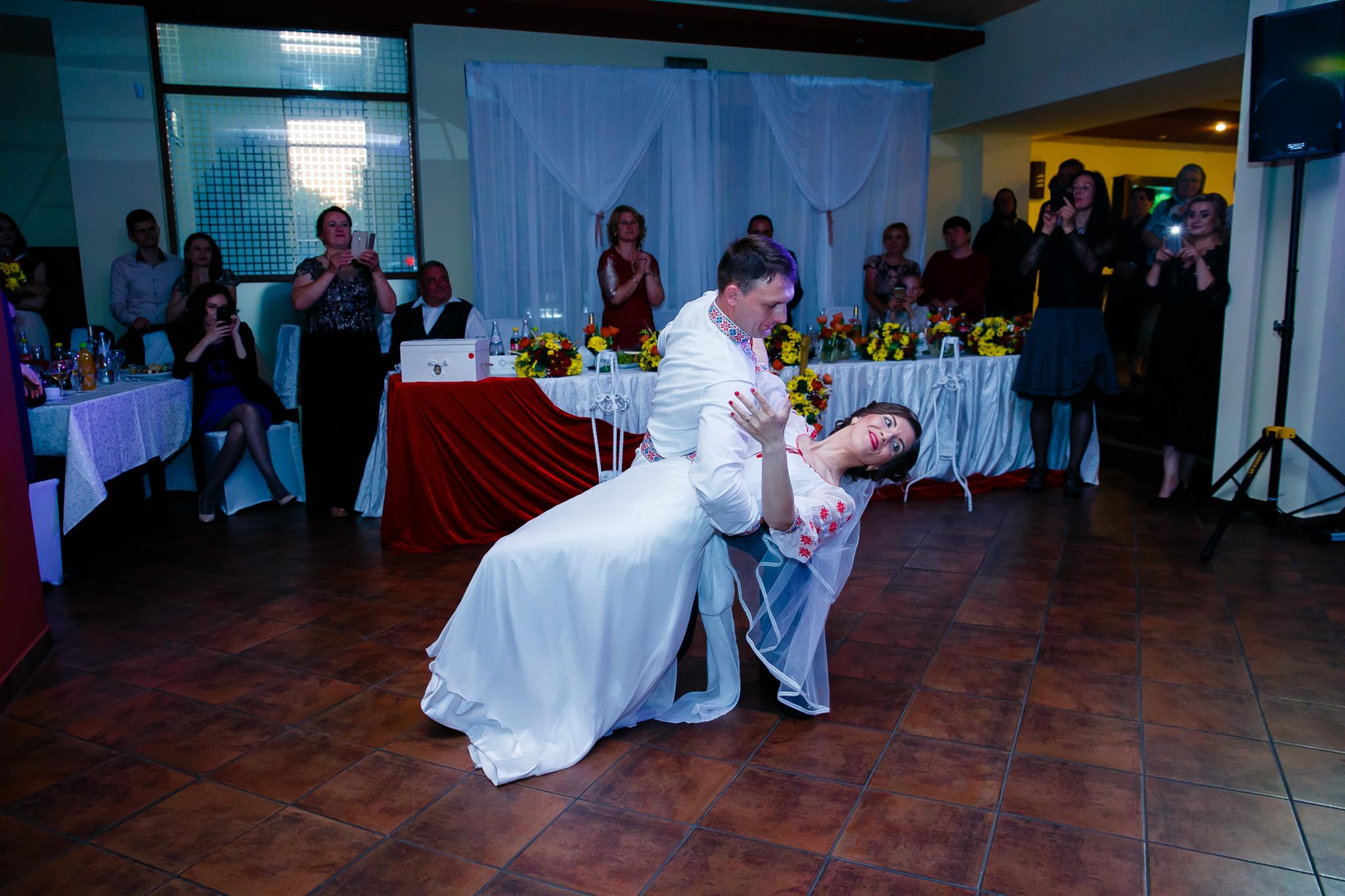 Nuntă tradițională Elisabeta și Alexandru fotograf profesionist nunta Iasi www.paulpadurariu.ro © 2018 Paul Padurariu fotograf de nunta Iasi dansul mirilor 4