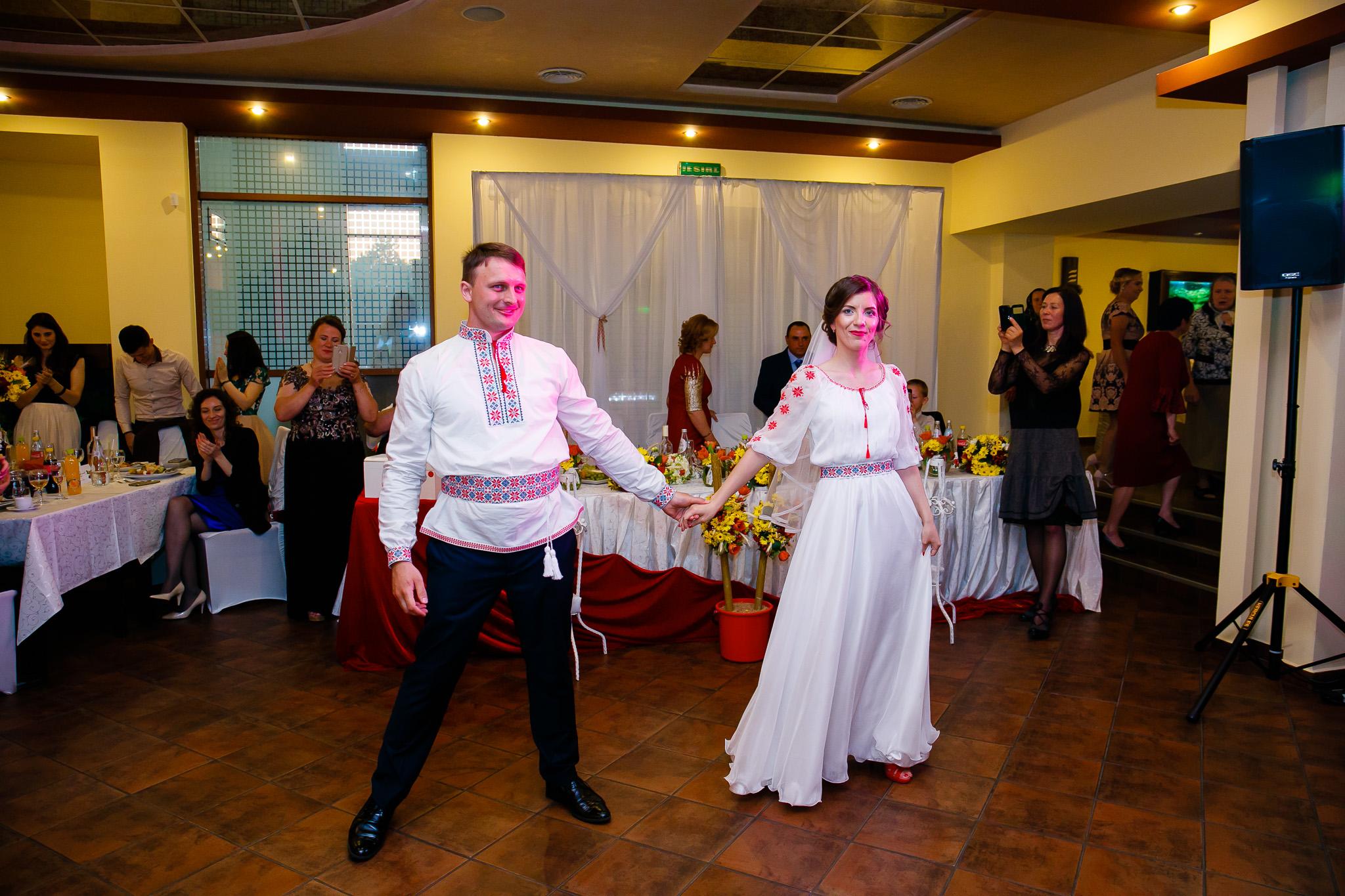 Nuntă tradițională Elisabeta și Alexandru fotograf profesionist nunta Iasi www.paulpadurariu.ro © 2018 Paul Padurariu fotograf de nunta Iasi dansul mirilor 6