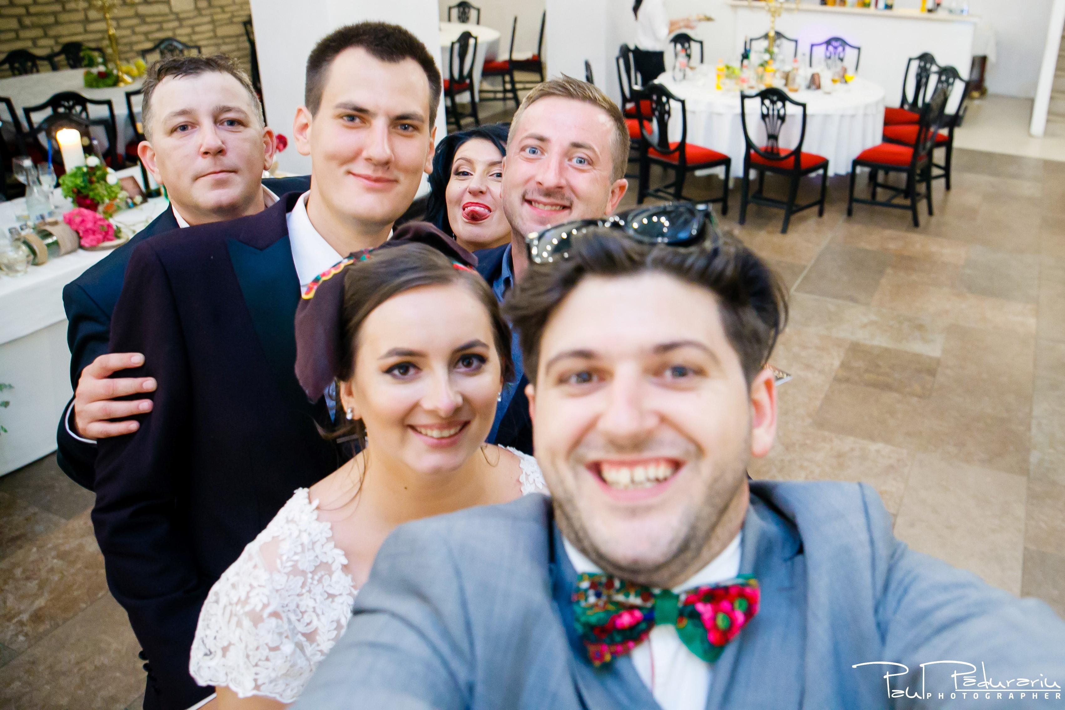 Cristina si Razvan nunta rustica la Bellaria selfie cu mirii fotograf profesionist nunta Iasi www.paulpadurariu.ro © 2017 Paul Padurariu